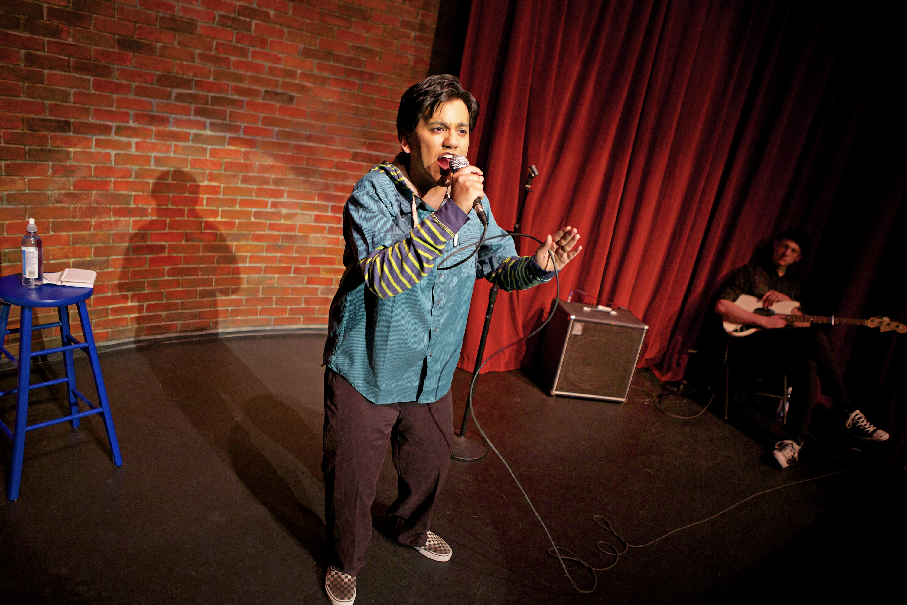 Simple Exhibition Stand Up Comedy : Crowded fire theater brahman i a one hijra stand up